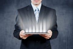Hombre de negocios usando la tableta con el objeto visual digital, st del negocio Imágenes de archivo libres de regalías