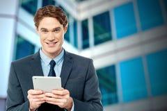 Hombre de negocios usando la tableta digital imagenes de archivo