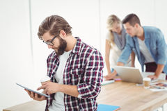 Hombre de negocios usando la tableta digital y sostener la taza de café Imagen de archivo libre de regalías