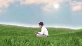 Hombre de negocios usando la tableta en campo verde ilustración del vector