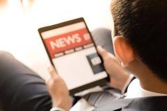 Hombre de negocios usando la tableta, leyendo noticias Imagen de archivo