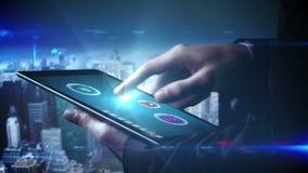 Hombre de negocios usando la tableta para ver apps olográficos almacen de video