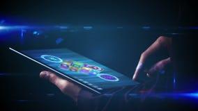 Hombre de negocios usando la tableta para ver apps olográficos metrajes