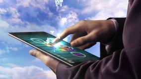 Hombre de negocios usando la tableta para ver apps olográficos almacen de metraje de vídeo