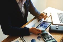 Hombre de negocios usando la tableta a la situación en el valor de mercado, fotos de archivo
