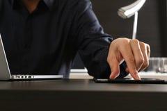 hombre de negocios usando la tableta y ordenador portátil y documen digitales Foto de archivo libre de regalías
