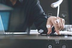 hombre de negocios usando la tableta y ordenador portátil y documen digitales Imagenes de archivo