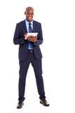 Hombre de negocios usando la tablilla Foto de archivo libre de regalías