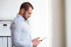 Hombre de negocios usando la tablilla digital Foto de archivo libre de regalías