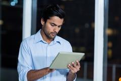 Hombre de negocios usando la tablilla digital Foto de archivo