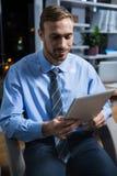 Hombre de negocios usando la tablilla digital Fotos de archivo libres de regalías