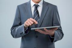 Hombre de negocios usando la tablilla digital Imagen de archivo