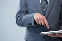 Hombre de negocios usando la tablilla digital Fotografía de archivo libre de regalías