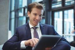 Hombre de negocios usando la tablilla digital Imágenes de archivo libres de regalías
