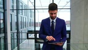 Hombre de negocios usando la tablilla digital almacen de metraje de vídeo