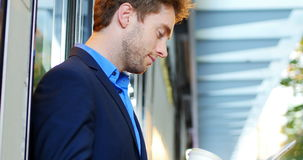 Hombre de negocios usando la tablilla digital metrajes