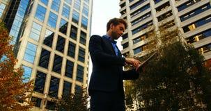Hombre de negocios usando la tablilla digital almacen de video