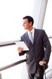 Hombre de negocios usando la tablilla en el aeropuerto Fotos de archivo