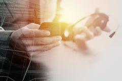 hombre de negocios usando las auriculares de VOIP con el teléfono móvil y COM del concepto Fotografía de archivo libre de regalías