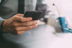 hombre de negocios usando las auriculares de VOIP con el teléfono móvil y COM del concepto Fotografía de archivo