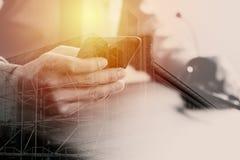 hombre de negocios usando las auriculares de VOIP con el teléfono móvil y COM del concepto Fotos de archivo