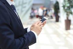 Hombre de negocios usando móvil Foto de archivo