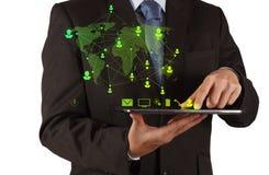 Hombre de negocios usando red del social de las demostraciones de tableta Imagenes de archivo