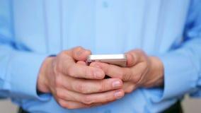 Hombre de negocios usando smartphone almacen de video