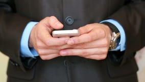 Hombre de negocios usando smartphone almacen de metraje de vídeo