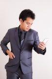 Hombre de negocios usando smartphone foto de archivo libre de regalías