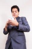 Hombre de negocios usando smartphone fotografía de archivo libre de regalías