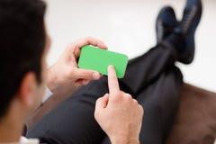 Hombre de negocios usando smartphone con la pantalla verde imagen de archivo
