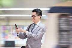 Hombre de negocios usando smartphone en el subterráneo Fotografía de archivo