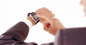 Hombre de negocios usando smartwatch almacen de metraje de vídeo