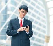 Hombre de negocios usando su teléfono celular, retrato Fotografía de archivo