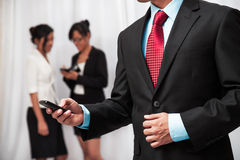 Hombre de negocios usando su teléfono móvil Imagen de archivo