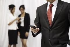 Hombre de negocios usando su teléfono móvil Foto de archivo libre de regalías