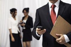Hombre de negocios usando su teléfono móvil Imagenes de archivo
