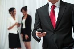 Hombre de negocios usando su teléfono móvil Foto de archivo