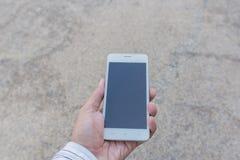 Hombre de negocios usando su teléfono móvil al aire libre Imagen de archivo libre de regalías