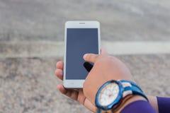 Hombre de negocios usando su teléfono móvil al aire libre Fotografía de archivo libre de regalías