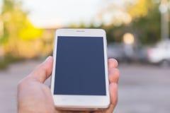 Hombre de negocios usando su teléfono móvil al aire libre Imagen de archivo