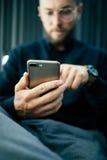 Hombre de negocios usando su teléfono móvil al aire libre, ascendente cercano Imágenes de archivo libres de regalías