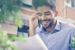 Hombre de negocios usando tecnología en calle del café fotografía de archivo