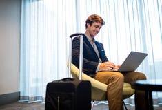 Hombre de negocios usando un ordenador Imagen de archivo