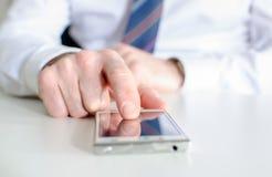 Hombre de negocios usando un smartphone Imagenes de archivo