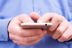 Hombre de negocios usando un smartphone Fotos de archivo libres de regalías