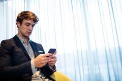 Hombre de negocios usando un smartphone Fotos de archivo