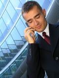 Hombre de negocios usando un teléfono móvil Imágenes de archivo libres de regalías