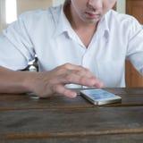 Hombre de negocios usando un teléfono móvil con el mensaje que manda un SMS Fotos de archivo